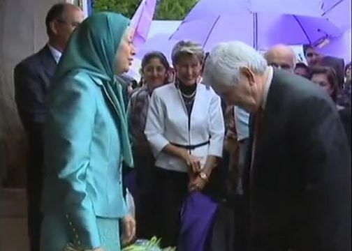 <strong>Newt Gingrich bows to Maryam Rajavi</strong>