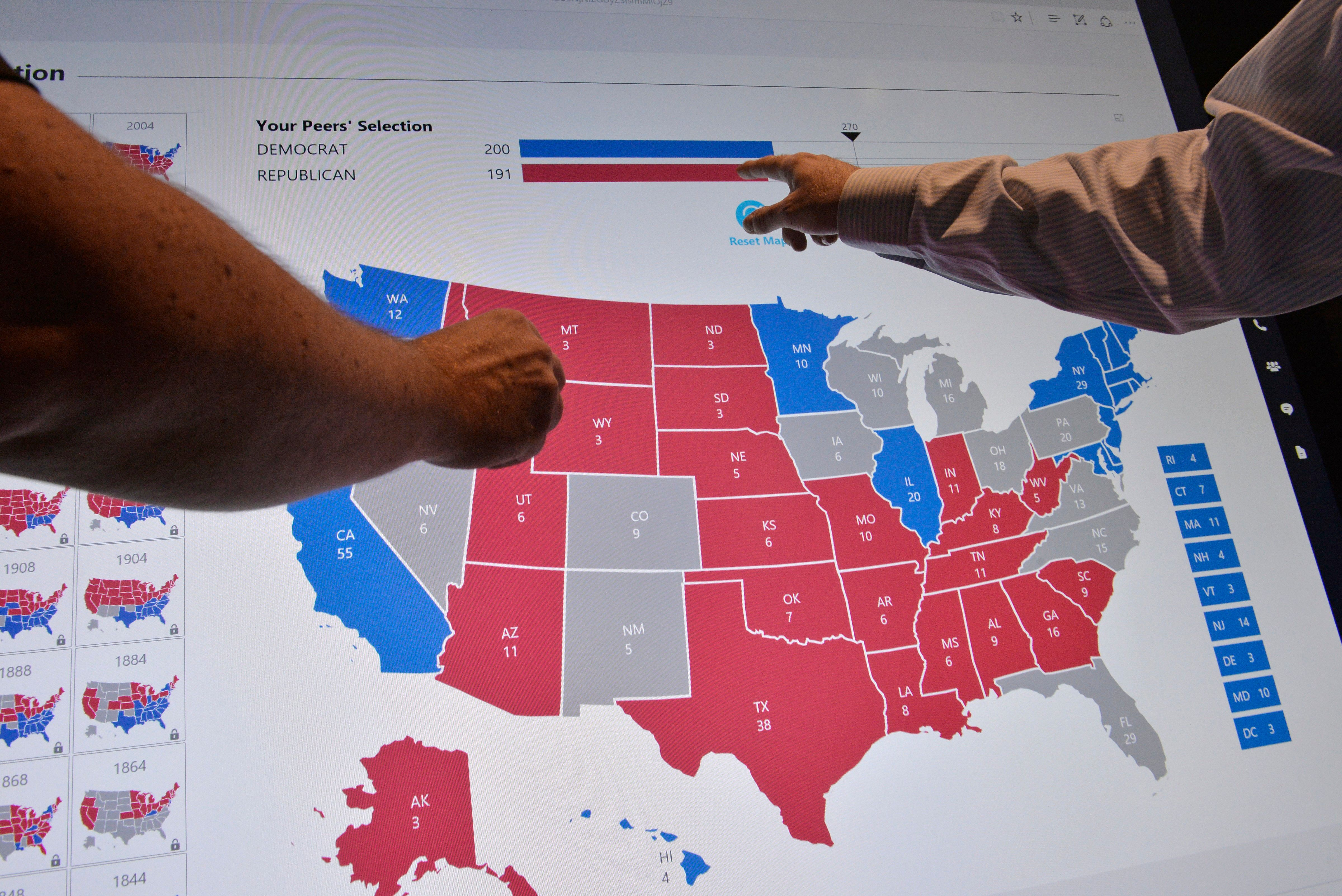 Delegates point to an electoral map at the Democratic National Convention in Philadelphia, Pennsylvania. U.S. July 27, 2016.  REUTERS/Charles Mostoller