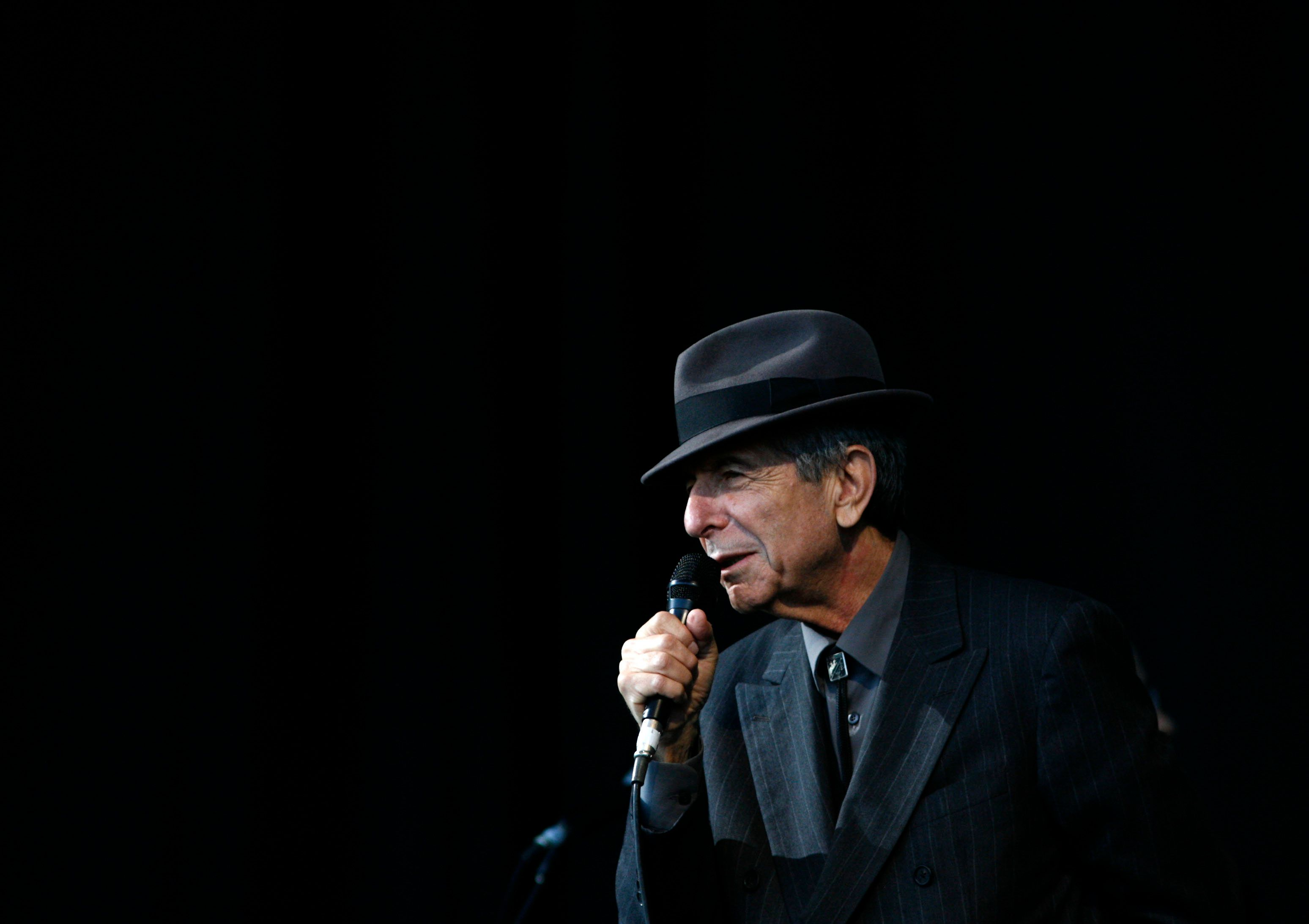 Canadian singer-songwriter Leonard Cohen performs at the Glastonbury Festival 2008 in Somerset in south west England June 29, 2008. REUTERS/Luke MacGregor (BRITAIN)