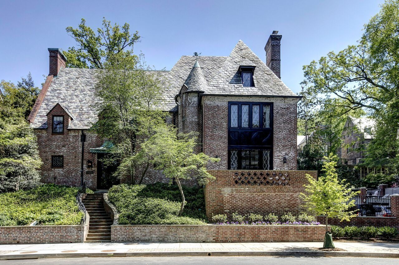 The Obamas' new home features a dramatic stairway from the street.