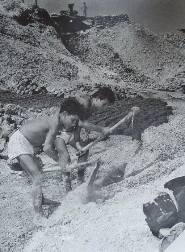 <em>Carusi </em>at work in a sulfur mine in Sicily