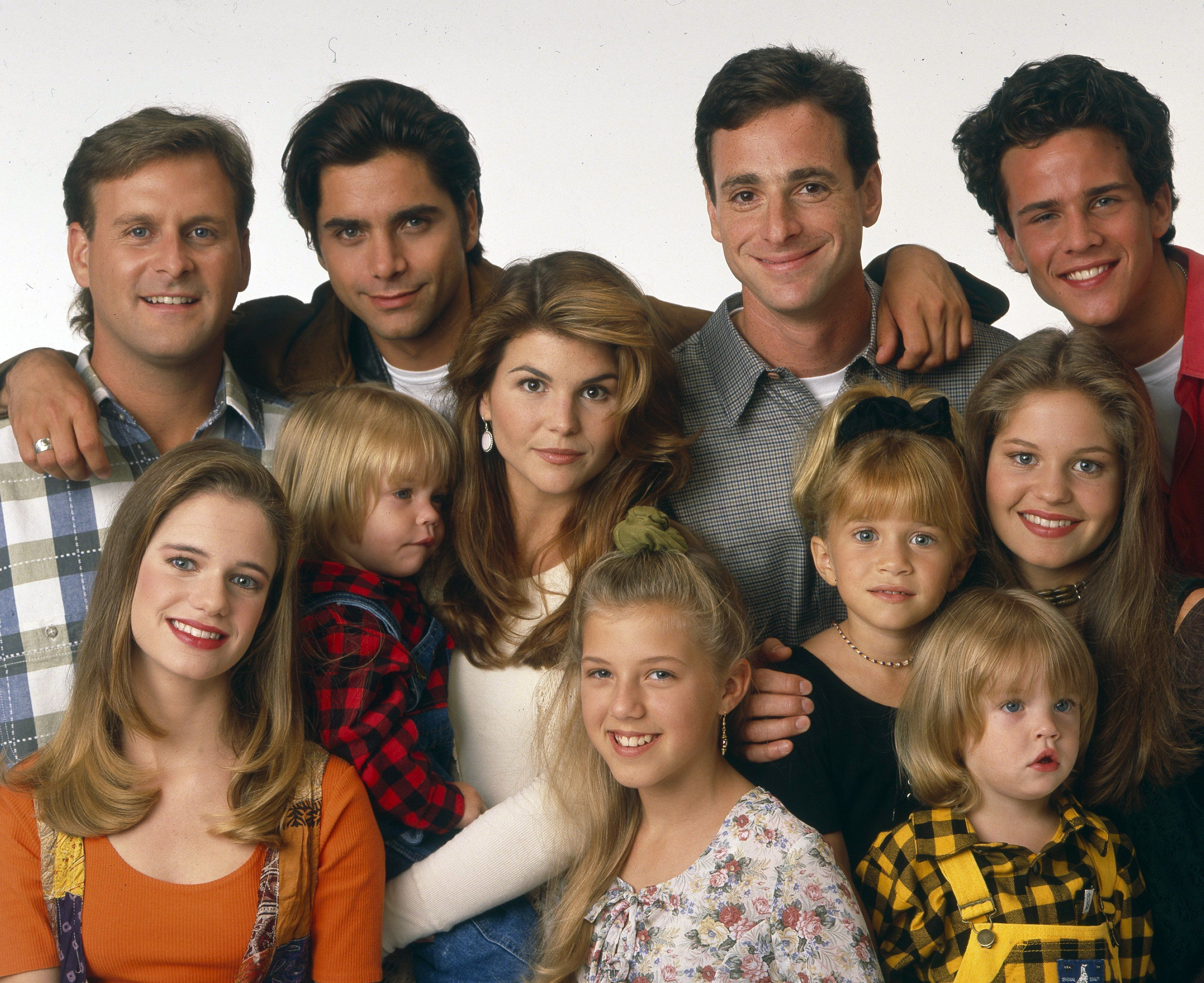 FULL HOUSE - Cast Gallery - August 30, 1993. (Photo by ABC Photo Archives/ABC via Getty Images)FOREGROUND: ANDREA BARBER;DYLAN/BLAKE TUOMY-WILHOIT;LORI LOUGHLIN;JODIE SWEETIN;MARY-KATE OLSEN;CANDACE CAMERONBACKGROUND: DAVE COULIER;JOHN STAMOS;BOB SAGET;SCOTT WEINGER