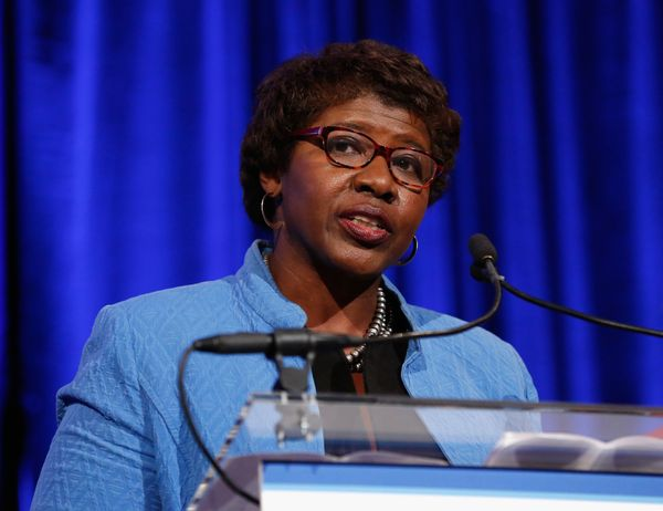 """Gwen Ifill, who <a href=""""https://www.huffpost.com/entry/gwen-ifill-dead-dies_n_582a098ae4b02d21bbc9e113"""">passed away on Novem"""