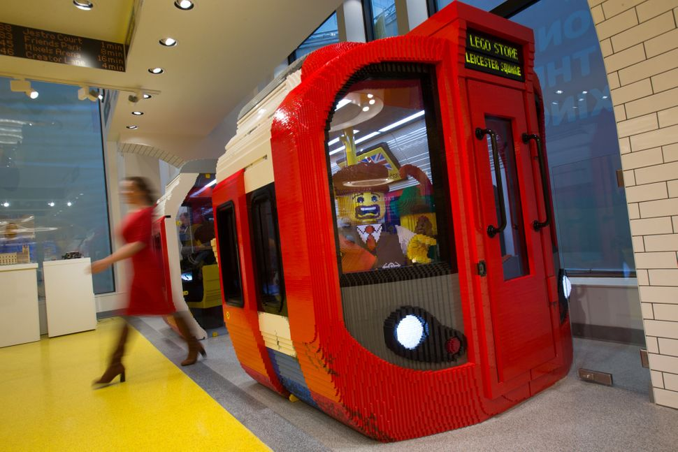 World 39 s largest lego store opens in london 39 s leicester square huffp - Boutique lego londres ...
