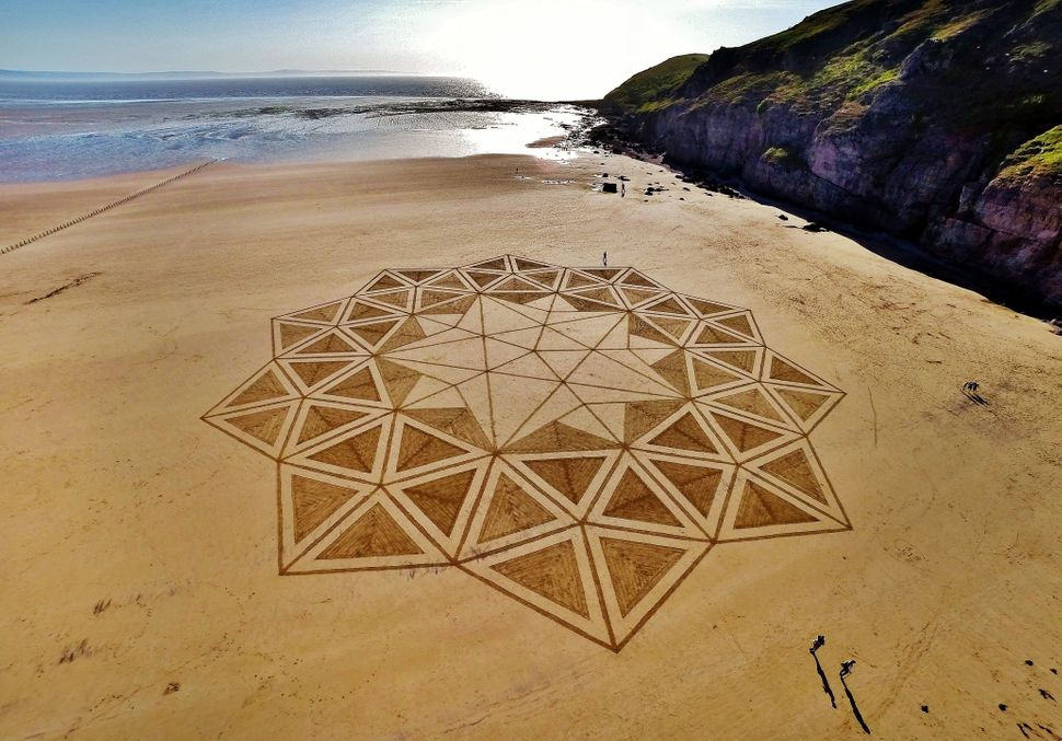 "His creations can measure in at about&nbsp;500 feet in diameter, and at least one piece was <a href=""http://www.burnham-on-se"