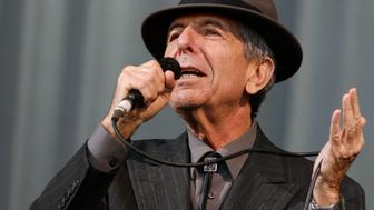 Canadian singer-songwriter Leonard Cohen performs at the Glastonbury Festival 2008 in Somerset, southwest England, June 29, 2008. REUTERS/Luke MacGregor (BRITAIN)