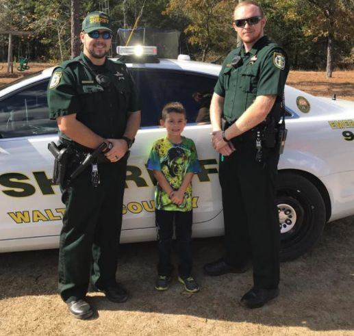 "<a href=""http://www.huffingtonpost.com/entry/911-thanksgiving-police-dinner_us_58394c97e4b000af95ee40ac"">A 5-year-old boy nam"