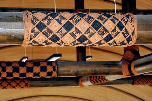 Lalava, decorative-binding lashing. Dark color signifies female/Hina and Red/Light color denotes male/Māui. The symmetrical i