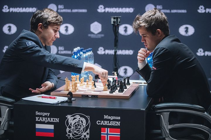 Sergey Karjakin captures Magnus Carlsen's knight in game 11