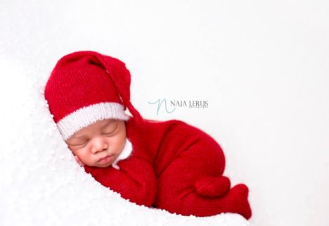 If he's sleeping… who's going to deliver the presents?!<strong> </strong>