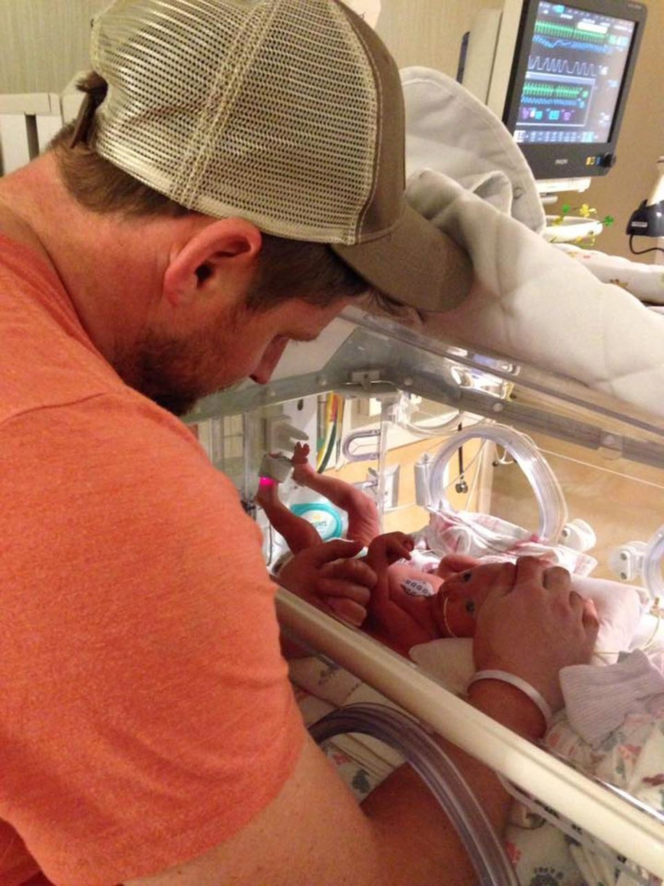77 Emotional Photos Of Preemie Parents With Their Babies In NICU ... d4156e627dfd