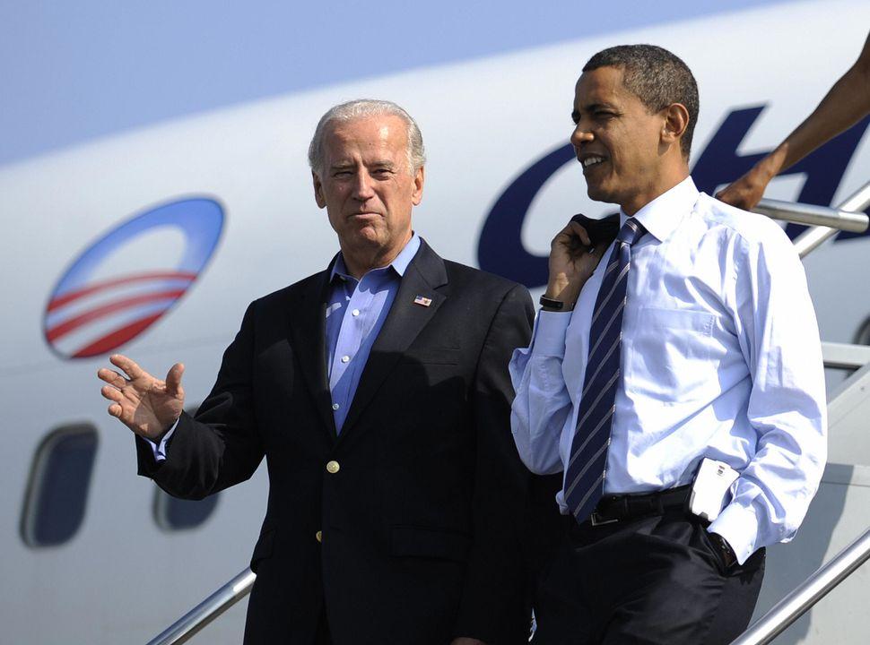 US Democratic presidential candidate Illinois Senator Barack Obama and his running mate Joe Biden disembark from Obama's camp