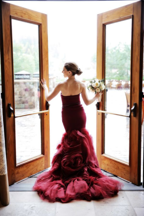 "<i>Gown by <a href=""http://www.verawang.com/#wedding"" target=""_blank"">Vera Wang</a></i>"