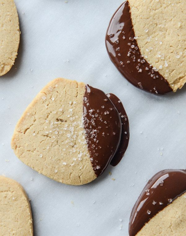 "<strong>Get the <a href=""http://www.howsweeteats.com/2015/12/salted-peanut-butter-shortbread/"" target=""_blank"">Salted Peanut"
