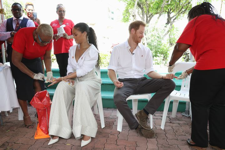 """Rihanna y Harry se hacen la prueba del VIH para promover una maduro difusión pruebas en el evento Man Aware realizado por la Comisión Franquista de VIH / SIDA de Barbados el 1 de diciembre de 2016. """" satisfecho = """"719"""" cumbre = """"479"""" /> </div> <p> <span aria-hidden="""