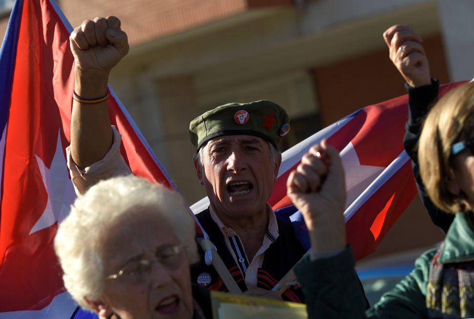 Supporters of late Cuban revolutionary leader Fidel Castro shout slogans during a tribute held today in Havana square in Gijo
