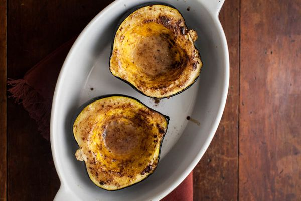 """<strong>Get the <a href=""""http://naturallyella.com/maple-cinnamon-roasted-acorn-squash/"""" target=""""_blank"""">Maple Cinnamon Squash"""