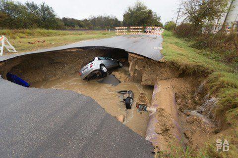 女性保安官を襲った悲劇 下水管破裂で道路陥没、車が呑み込まれる