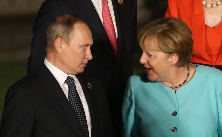 Russian President Vladimir Putin (L) talks to Merkel at the G20 Hangzhou Summit.