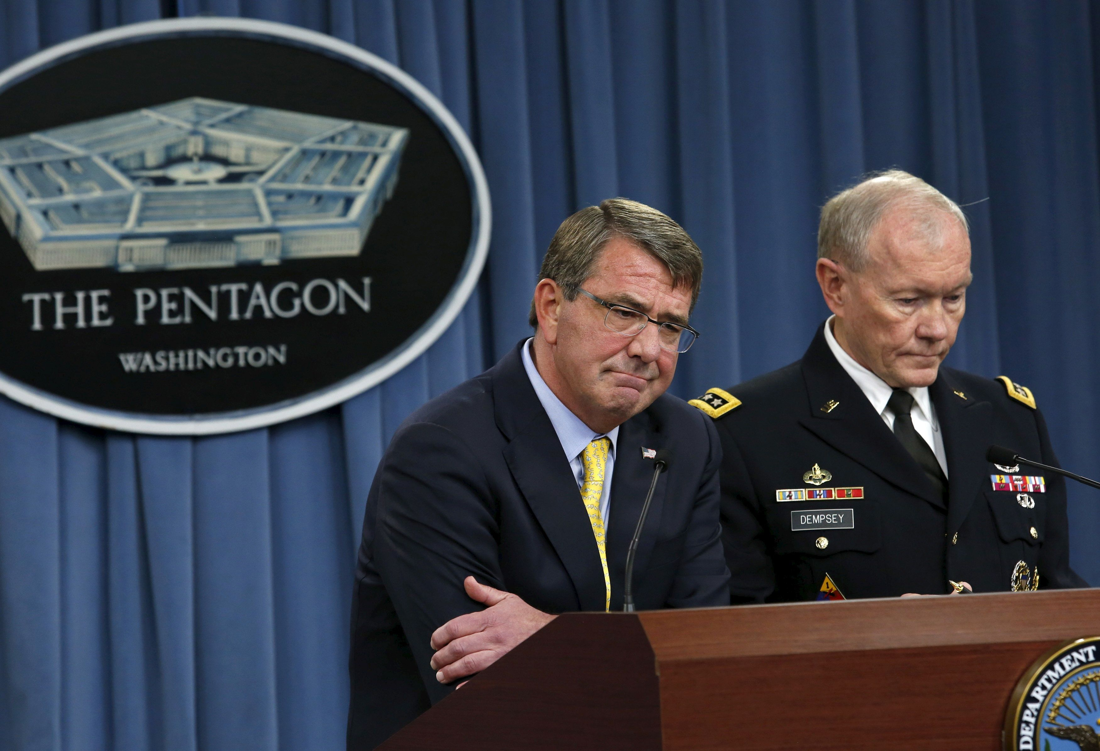 U.S. Defense Secretary Ash Carter (L) and Chairman of the Joint Chiefs of Staff Gen. Martin Dempsey hold a joint news conference at the Pentagon in Washington July 1, 2015. REUTERS/Yuri Gripas