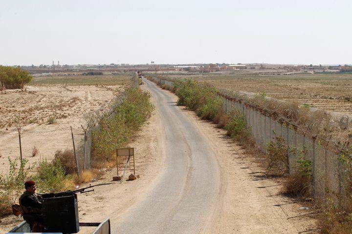 An Iraqi policeman mans a machine gun near the Iraqi-Syrian borders at the Abu Kamal-qaim border crossing, the main border po
