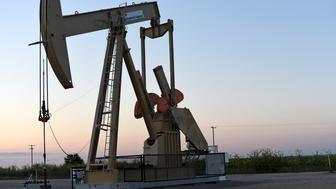 A pump jack operates at a well site leased by Devon Energy Production Company near Guthrie, Oklahoma September 15, 2015.   Picture taken September 15, 2015.  REUTERS/Nick Oxford