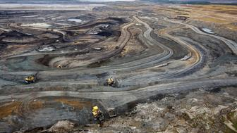 Giant dump trucks haul raw tar sands to be processed at the Suncor tar sands mining operations near Fort McMurray, Alberta, September 17, 2014. In 1967 Suncor helped pioneer the commercial development of Canada's oil sands, one of the largest petroleum resource basins in the world. Picture taken September 17, 2014.  REUTERS/Todd Korol (CANADA  - Tags: ENERGY ENVIRONMENT)