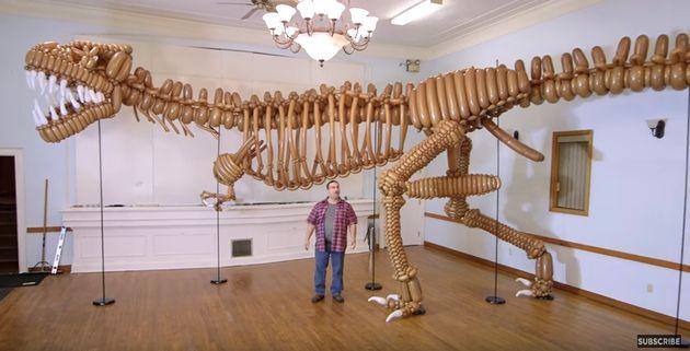 Динозавр, сделанный из воздушных шаров, обречён на вымирание