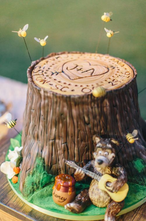 "The groom's cake featured a bee tree, honey bees and a pot of honey. | Cake by <a href=""http://savannahcustomcakes.com/"" target=""_blank"">Minette Rushing Custom Cakes</a>"