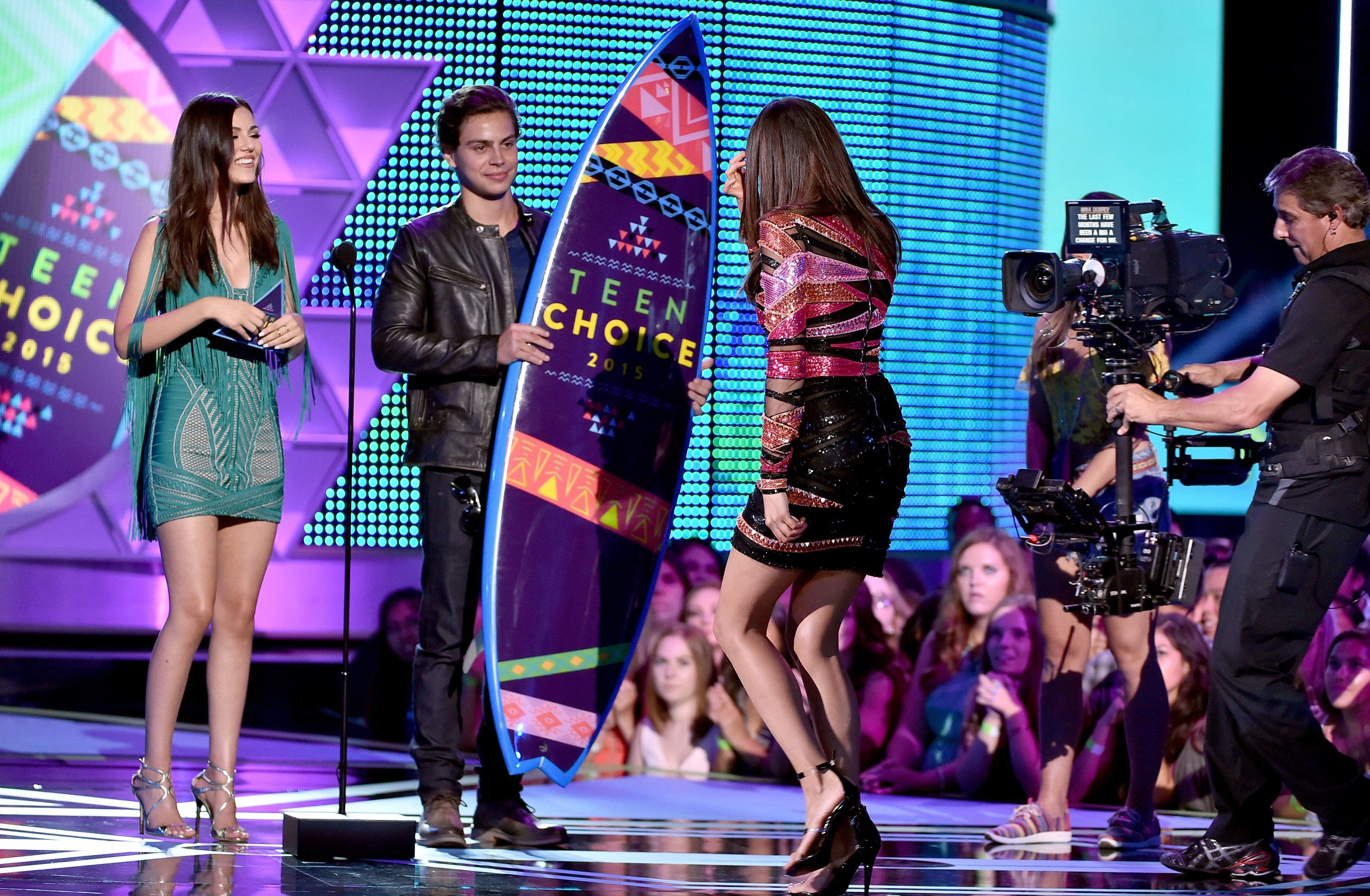 LOS ANGELES, CA - AUGUST 16:  (L-R) Actors Victoria Justice and Jake T. Austin present actress Nina Dobrev with the Choice TV Actress: Fantasy/Sci-Fi Award for 'Vampire Diaries' onstage during the Teen Choice Awards 2015 at the USC Galen Center on August 16, 2015 in Los Angeles, California.  (Photo by Kevin Winter/Getty Images)