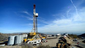 Crews from Southern California Gas Company and outside experts work on a relief well at the Aliso Canyon gas field above the Porter Ranch section of northwest Los Angeles, California in this December 9, 2015 pool photo.   REUTERS/Dean Musgrove/Pool