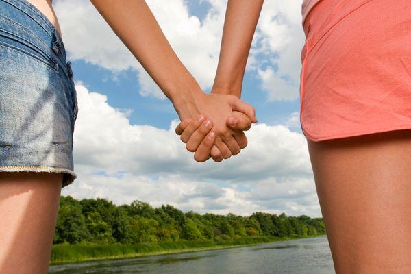с подружкой на рука в фото