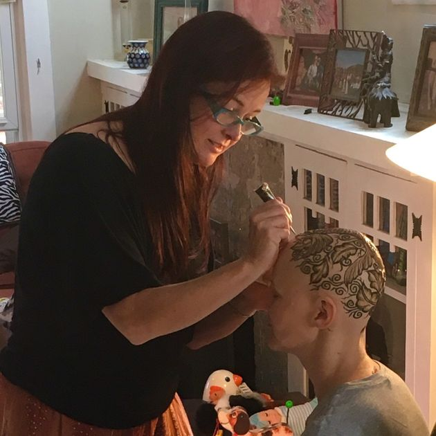 Artist Creates Beautiful Henna Crowns For Cancer Patients Undergoing