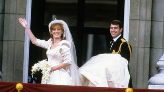 LONDON, UNITED KINGDOM - JULY 23:  Sarah Ferguson, Duchess of York and Prince Andrew, Duke of York  stand on the balcony of Buckingham Palace and wave at their wedding on July 23, 1986 in London, England. (Photo by Anwar Hussein/Getty Images)