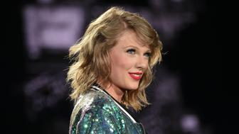 """FILE - In this Friday, July 10, 2015 file photo, singer Taylor Swift performs during her """"1989"""" world tour at MetLife Stadium in East Rutherford in New Jersey. Swift and Nicki Minaj traded words on Twitter after the rapper said she was upset she didnt earn a nomination for video of the year at the MTV Video Music Awards. Minaj tweeted multiple times that she didnt understand why her rump-shaking video for Anaconda wasnt up for the top award when MTV announced the nominees Tuesday, July 21, 2015. (Photo by Evan Agostini/Invision/AP, File)"""