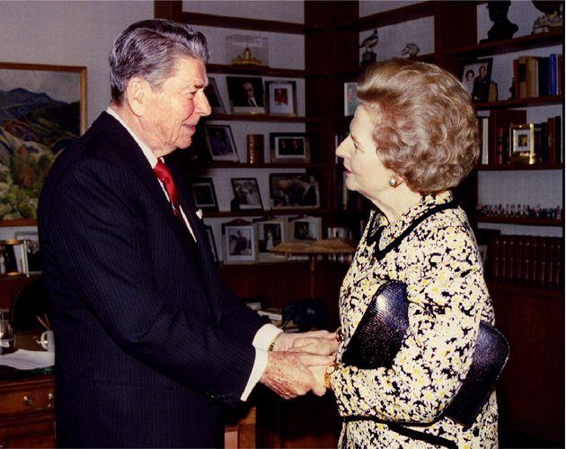 Former US President Ronald Reagan (L) greets former British Prime Minister Margaret