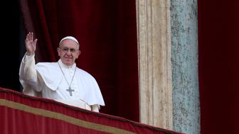 """Pope Francis waves after delivering his """"Urbi et Orbi"""" (to the city and the world) message from the balcony overlooking St. Peter's Square at the Vatican December 25, 2016. REUTERS/Alessandro Bianchi"""