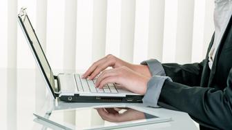 (GERMANY OUT) Frau im Büro mit Laptop Computer. Schreibt auf der Tastatur  (Photo by Wodicka/ullstein bild via Getty Images)