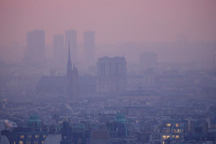 Pollution envelopes Paris.