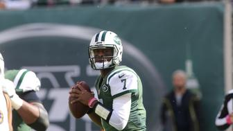EAST RUTHERFORD, NJ - OCTOBER 23: Quarterback Geno Smith #7 of the New York Jets passes the ball against the Baltimore Ravens during their game at MetLife Stadium on October 23, 2016 in East Rutherford, New Jersey. (Photo by Al Pereira/Getty Images)