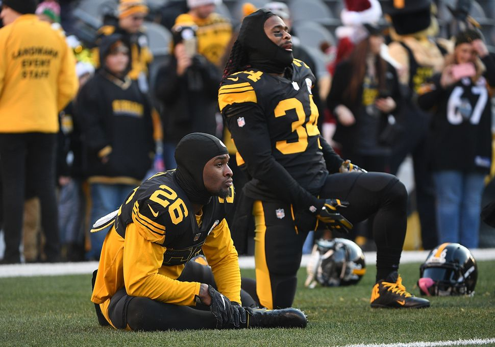 PITTSBURGH, PA - DECEMBER 25:  Le'Veon Bell #26 of the Pittsburgh Steelers and DeAngelo Williams #34 stretch during warmups b