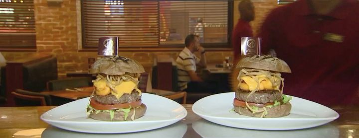 These two burgers from a participating Satisfeito restaurant are served in reduced portions: 130 grams of Angu