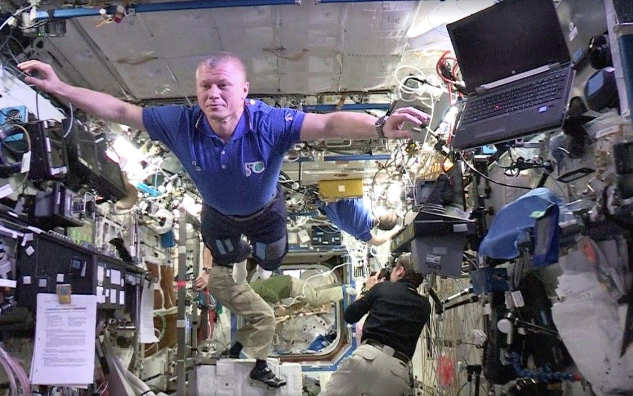 Astronauts freeze for an out-of-this-world mannequin challenge