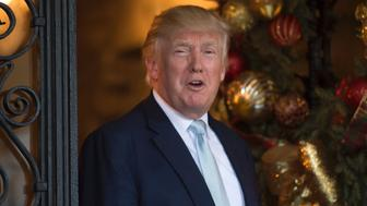 US President-elect Donald Trump talks with reporters between meetings December 28, 2016 at Mar-a-Lago in Palm Beach, Florida. / AFP / DON EMMERT        (Photo credit should read DON EMMERT/AFP/Getty Images)