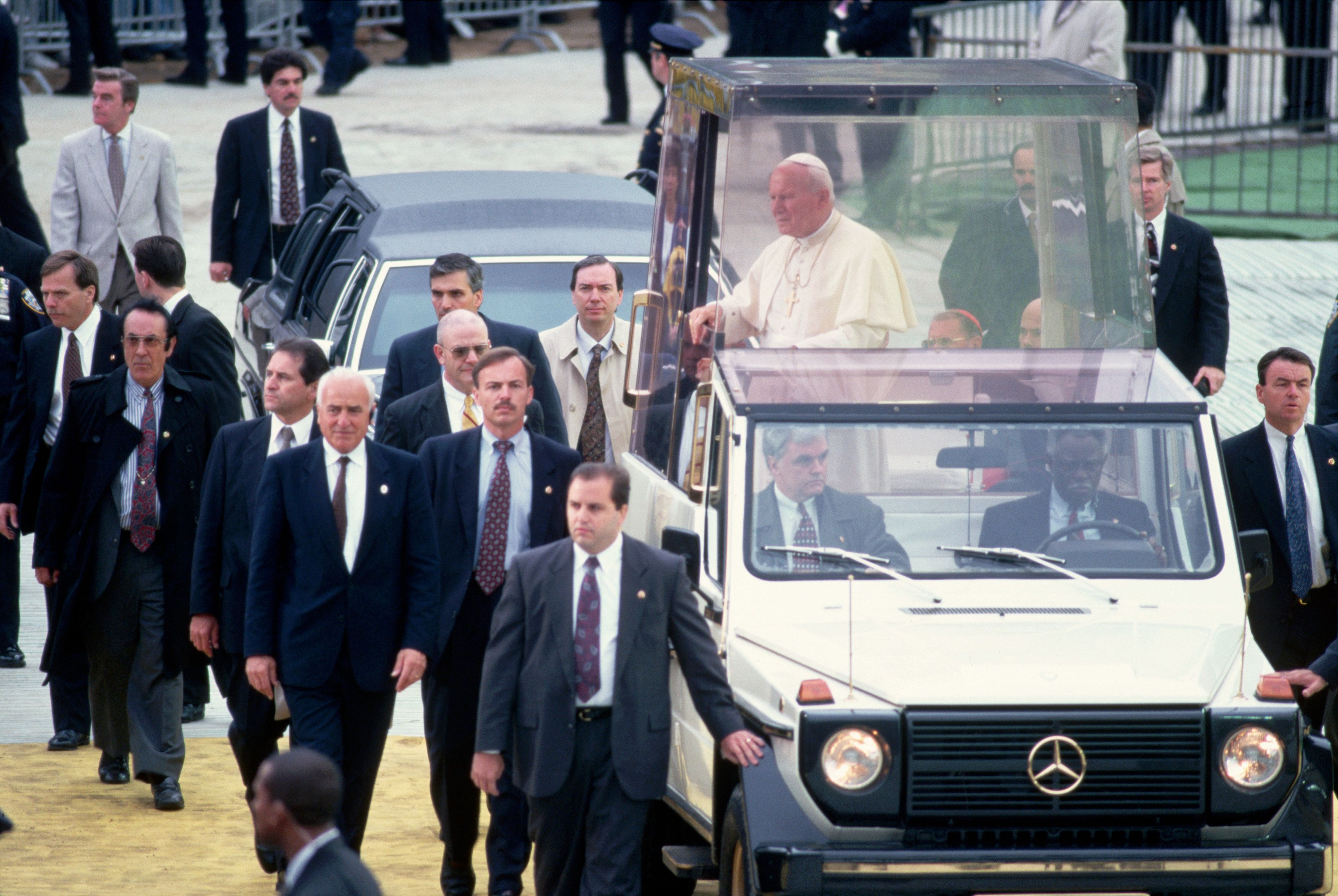Surrounded by bodyguards, John Paul II enters Central Park in his bullet-proof truck. New York.