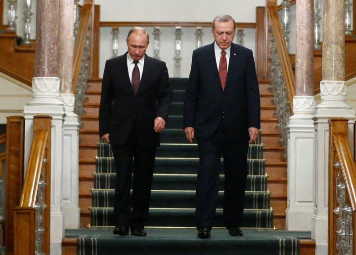 Russian President Vladimir Putin (L) and his Turkish counterpart Tayyip Erdogan arrive for a news conference following their