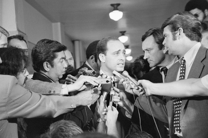 A crowd of reporters surround Los Angeles prosecutor Vincent Bugliosi as he leaves the courtroom in the trial of Charles Mans