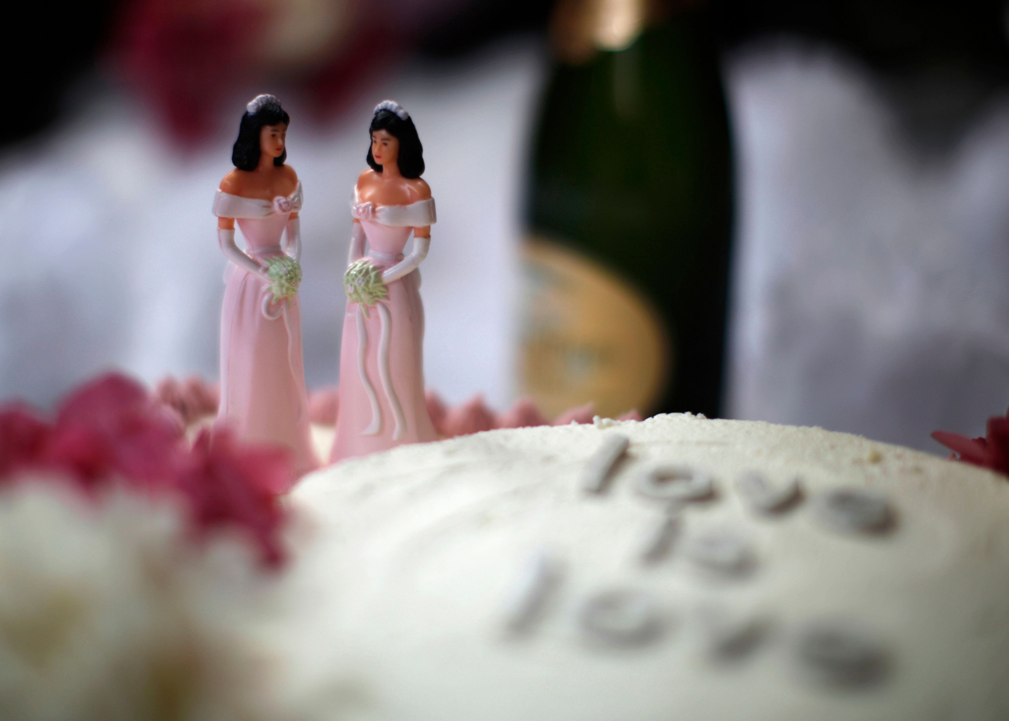 A wedding cake is seen at a reception for same-sex couples at The Abbey in West Hollywood, California, July 1, 2013. REUTERS/Lucy Nicholson (UNITED STATES - Tags: POLITICS FOOD SOCIETY)