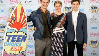 "Ansel Elgort (L), Shailey Woodley and Nat Wolff pose backstage after winning the Choice Movie: Drama award for ""Fault in our Stars"" during  theTeen Choice Awards 2014 in Los Angeles, California August 10, 2014.   REUTERS/Danny Moloshok (UNITED STATES  - Tags: ENTERTAINMENT)  (TEENCHOICEAWARDS-BACKSTAGE)"
