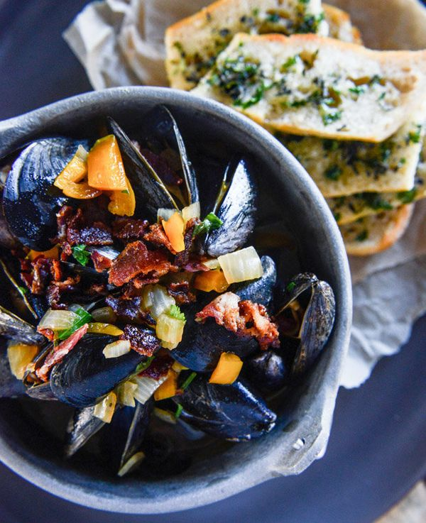 """<strong>Get the <a href=""""http://www.howsweeteats.com/2015/01/honey-beer-steamed-mussels-with-herb-butter-baguettes/"""" target="""""""